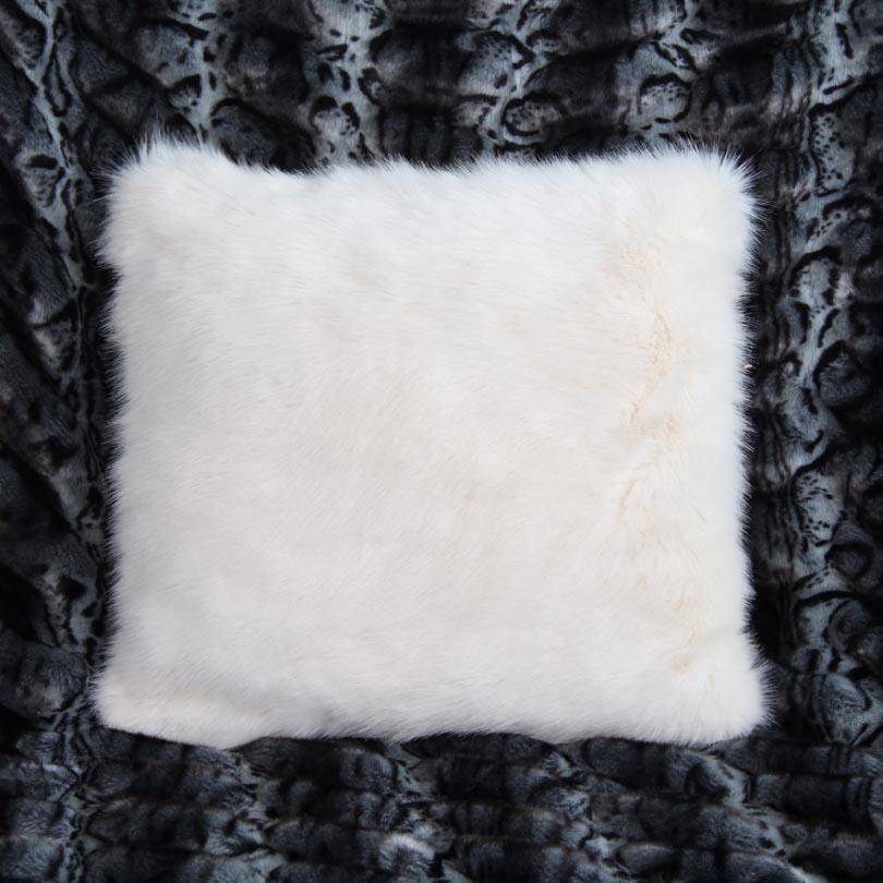 coussin fausse fourrure blanc super doux. Black Bedroom Furniture Sets. Home Design Ideas