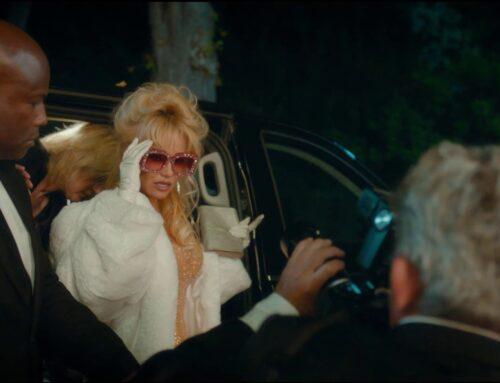 Une étole en fausse fourrure pour Pamela Anderson
